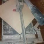 Feinsteinzeugfliesen werden mit dem Kaufmann Fliesenschneider geschnitten