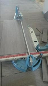 Große Feinsteinzeug Fliesen werden geschnitten