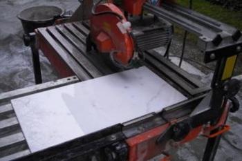 Granit schneiden mit einem Nassschneider